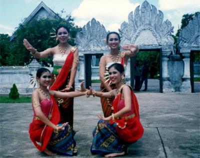 Amies faisant une danse thaïlandaise